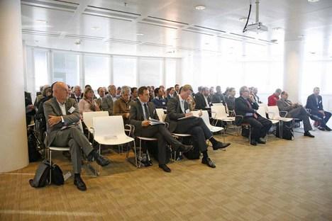 Teilnehmer in der Florido Lounge beim WEKA Fachkongress Industrie 4.0