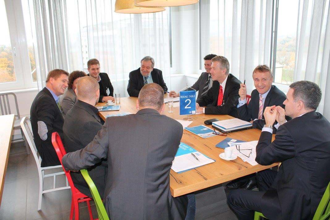 Ing. Friedrich Szukitsch (Bildemitte) beim Round Table zum Thema Industrie 4.0 bei der LSZ-Veranstaltung Production & IT.